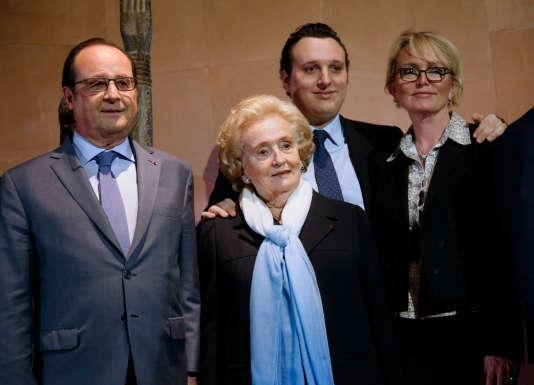 De gauche à droite : le président Francois Hollande, Bernadette Chirac, Martin Rey-Chirac (petit-fils de Jacques Chirac), et Claude Chirac lors de l'inauguration de l'exposition « Jacques Chirac ou le dialogue des cultures» au Musée du quai Branly à Paris, le 20 juin 2016.