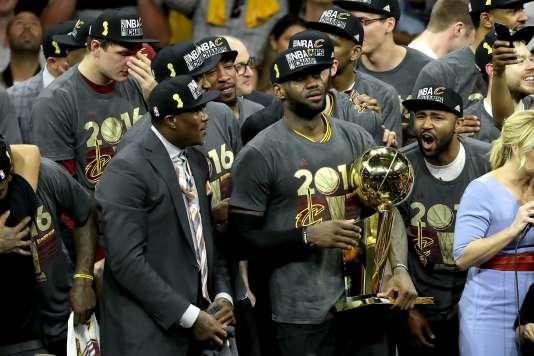 LeBron James et ses coéquipiers célèbrent leur premier titre de NBA, le 19 juin.