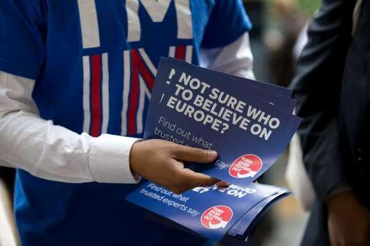 Un partisan du maintien du Royaume-Uni dans l'Union européenne distribue des tracts, station Waterloo, à Londres, le 20juin.