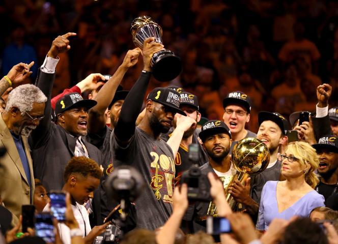 LeBron James et ses coéquipiers célèbrent le premier titre des Cavaliers de Cleveland («Cavs»).