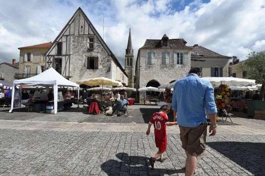 Un homme et son fils sur la place d'Eymet, en Dordogne, le 16 juin 2016.