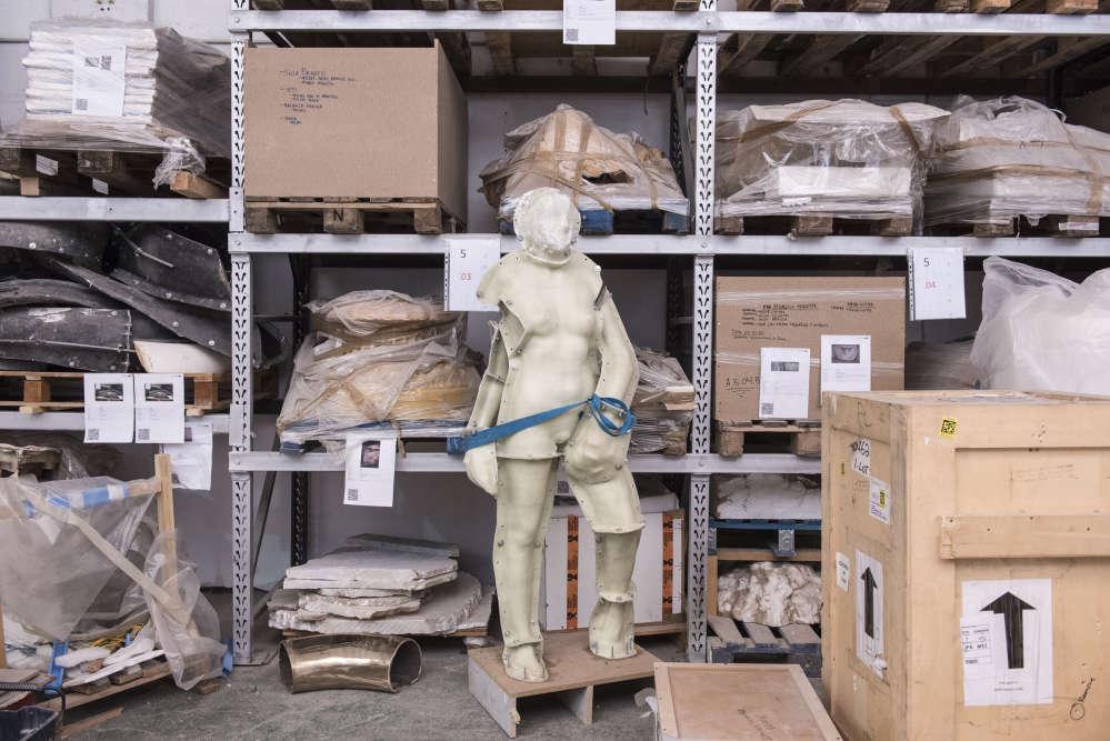 Vue de l'atelier où les œuvres et leurs copies sont stockées.