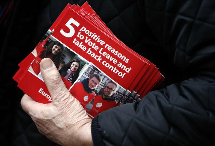 Un militant pro- Brexit distribue des tracts à la gare de Liverpool Street, à Londres , le mercredi 23 mars 2016.