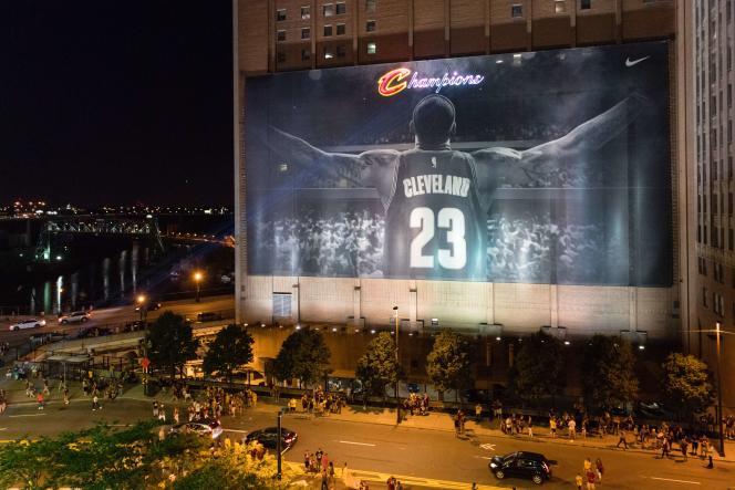 La joie des supporteurs des Cavaliers à Cleveland, après la victoire de leurs joueurs.