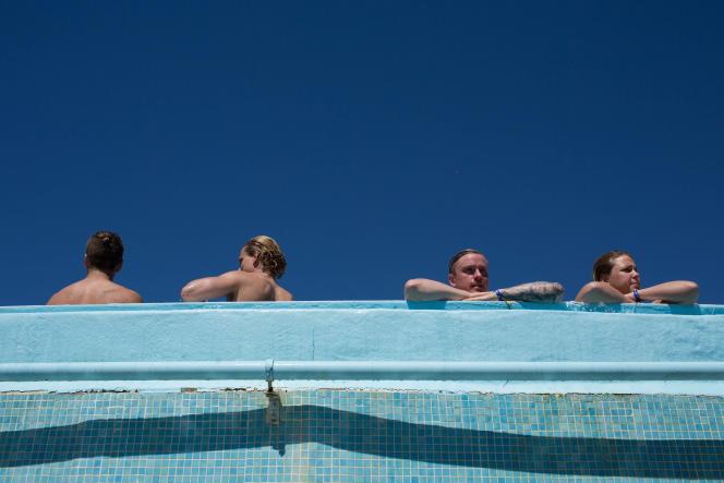 Farniente dans une piscine du sud de la France.