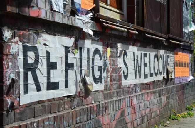 Du coin de la rue de Neustadt aux salles d'enseignements de l'Université, des autocollants «Refugees Welcome»