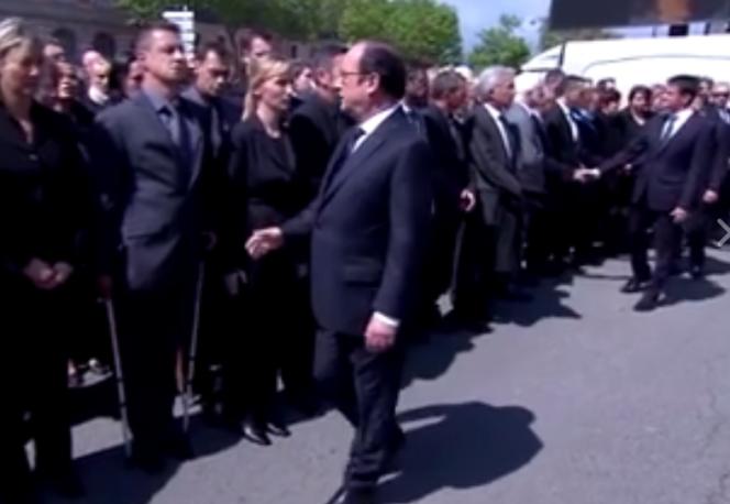 François Hollande et le policier qui a refusé de lui serrer la main, vendredi 17 juin, lors de la cérémonie d'hommage au couple de policiers assassinés à Magnanville (Yvelines).