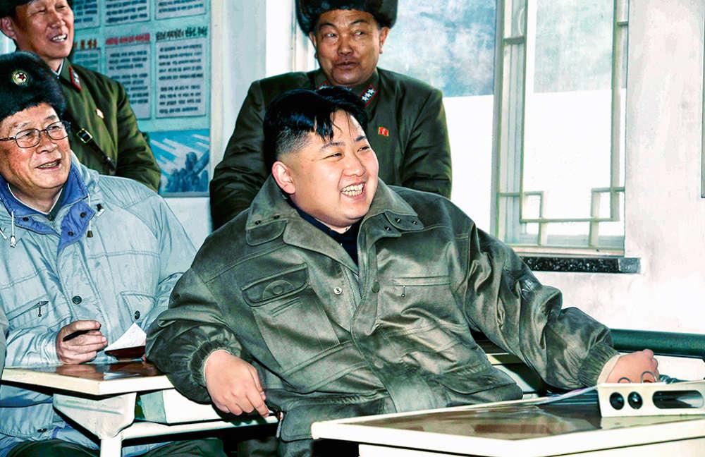 2012, COUPÉ DÉCALÉ. Kim Jong-un a 30 ans, ou 29, ou peut-être 24, on ne sait pas trop, mais il vient de succéder à papa Kim Jong-il à la tête de la Corée du Nord, et il se plaît visiblement sur le trône. Comment pourrait-il en être autrement ? Déjà, les jeunes du pays se précipitent dans les salons de coiffure pour se rafraîchir la raie et se dégager le tour d'oreille. Bientôt, sa coupe bénéficiera de deux appellations officielles : « Ambition » et « Jeunesse ». Car qui a envie d'une coupe « Sénilité » ?