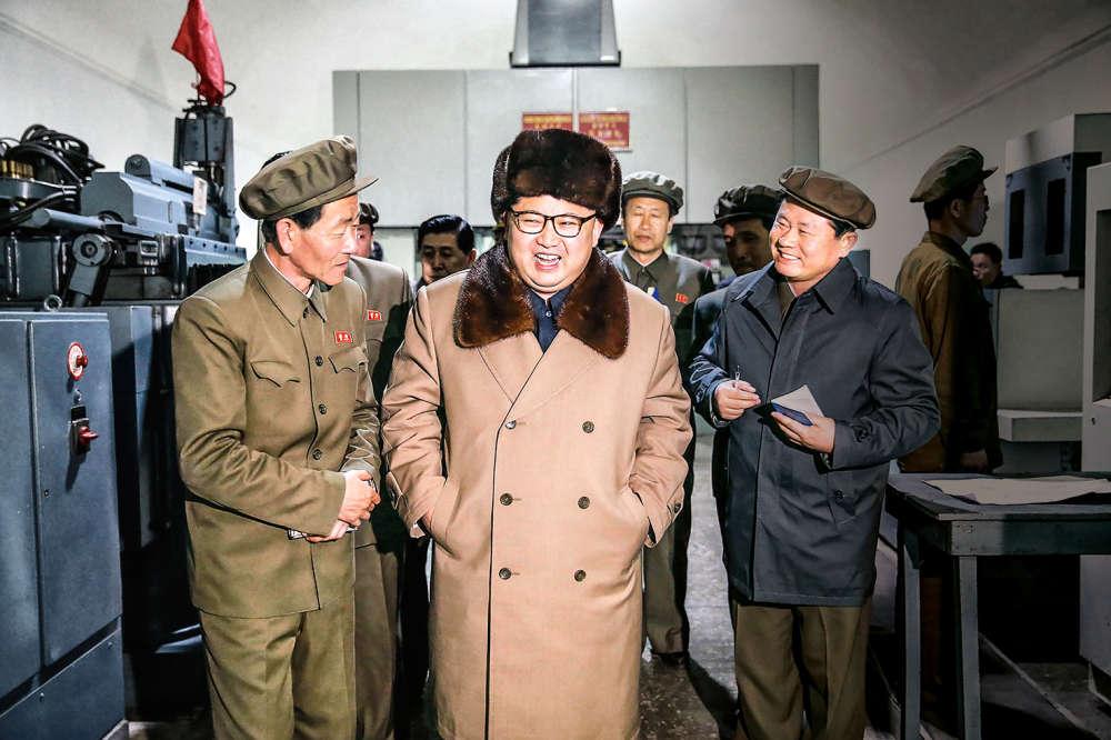 2016, AU POIL. Mais c'est bien sûr ! C'est l'arme nucléaire que préparait en douce ce coquin de Kim Jong-un. Il vient en tout cas de procéder à de nouveaux essais nucléaires dans la mer du Japon. Autant dire que le climat se refroidit encore entre la Corée du Nord et l'Occident. L'occasion est donc parfaite d'assortir sa chapka à son col de pardessus en fourrure. Mais quelle fourrure ? Ça, au moins, on sait : en faon de renne, la fourrure de chapka ultime.