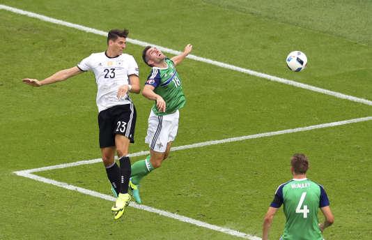 Mario Gomez face à Aaron Hughes, le 21 juin à Paris.