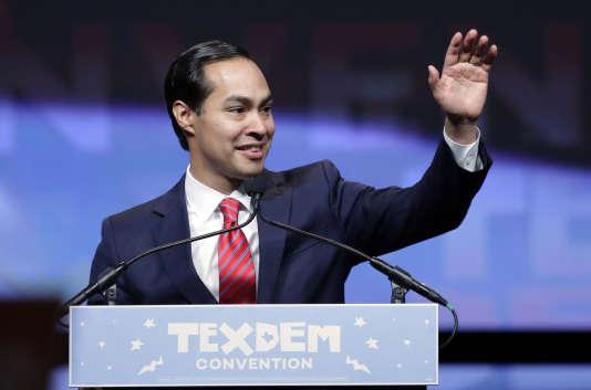 Julian Castro, qui est issu de l'immigration mexicaine, sert de relais pour la candidate auprès de la communauté hispanique.