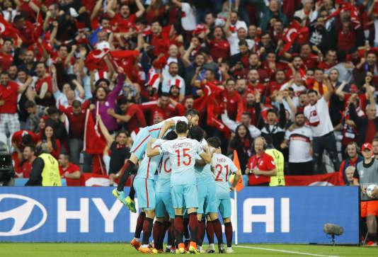 Les Turcs célèbrent le premier but face aux Tchèques, mardi 21 juin.