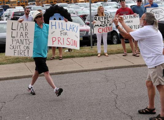 Un sympathisant d'Hillary Clinton face à un de ses adversaires, le 21 juin àColumbus, dans l'Ohio.