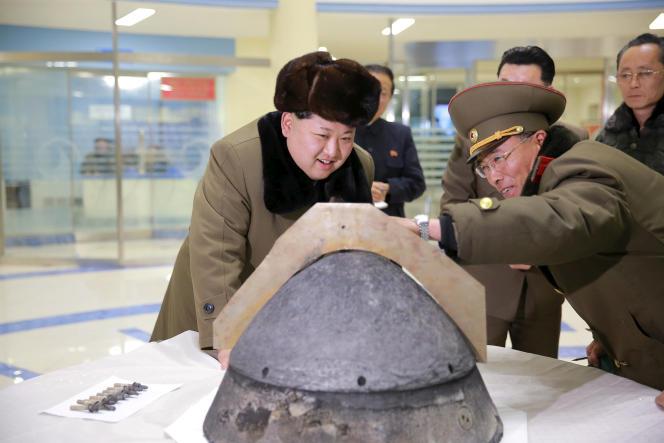 Kim Jong-un inspecte une ogive de missile balistique, en mars2015.