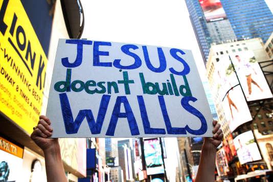 Manifestation d'opposants à Donald Trump à proximité d'un hôtel où le candidat recontrait des représentants de des églises évangéliques, mardi 21 juin.
