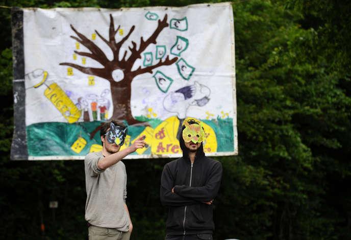 Deux personnes opposées au Cigéo un projet de stockage radioactif à Bure le 21 juin.