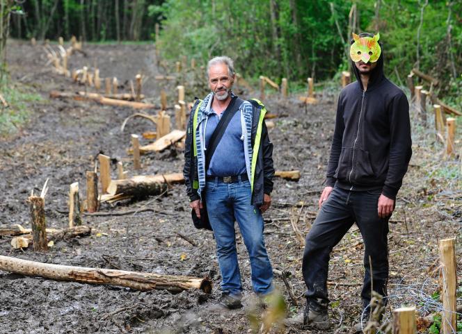 Des militants contre le projetde Centre industriel de stockage géologique de déchets radioactifs à Bure (Meuse), à Mandres-en-Barrois, le 21 juin.