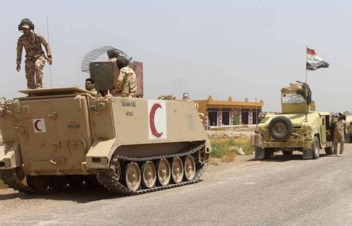 Les forces gouvernementales irakiennes en pleine opération contre l'Etat islamique, au sud-ouest de la ville de Falloujah, le 21 juin 2016.