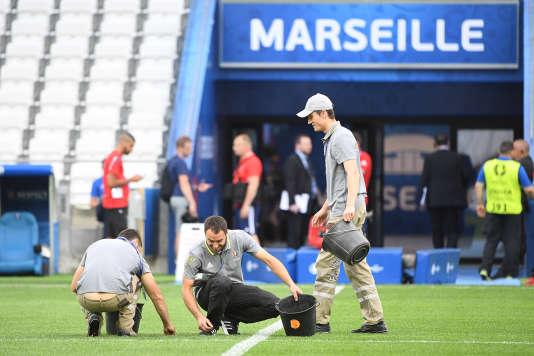 Les jardiniers travaillent la pelouse du Stade-Vélodrome, à Marseille, le 10 juin.