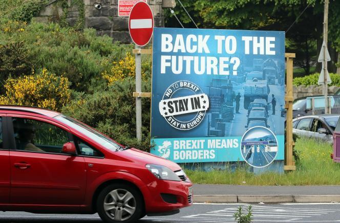 « Retour vers le futur?» : un panneau pour le non au «Brexit» dans la banlieue de Newry, en Irlande du Nord, le 7 juin 2016.