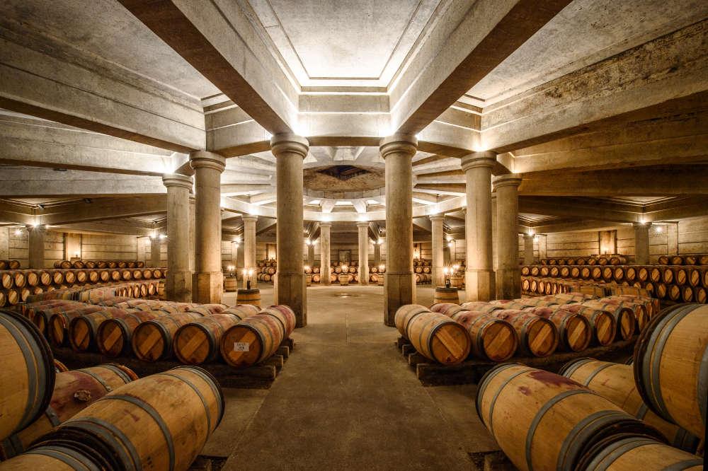 Les seize colonnes de la voûte du chai néoclassique conçu par Ricardo Bofill pour Château Lafite Rothschild, en 1987. Son exceptionnelle acoustique en fait un lieu de concert très prisé.