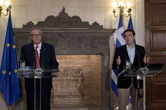 Le président de la Commission européenne, Jean-Claude Juncker, et le premier ministre grec, Alexis Tsipras, lors d'une conférence de presse après leur réunion à Athènes, le 21 juin.