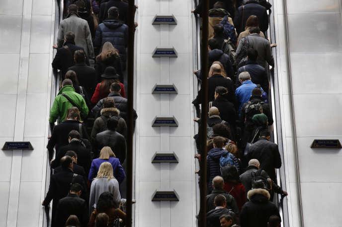 Des passagers du métro à la station Canary Wharf de Londres, le 15 mars 2016.