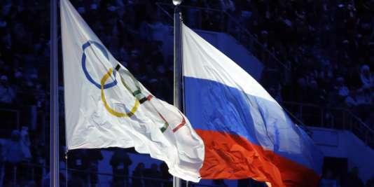 Les drapeaux de la Russie et du CIO.