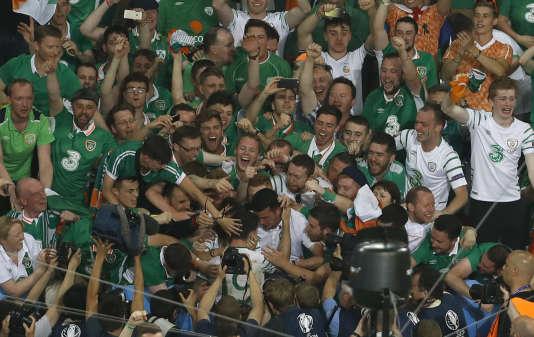 En bas, au centre, le buteur et héros irlandais Robbie Brady, entouré de quelques amis.