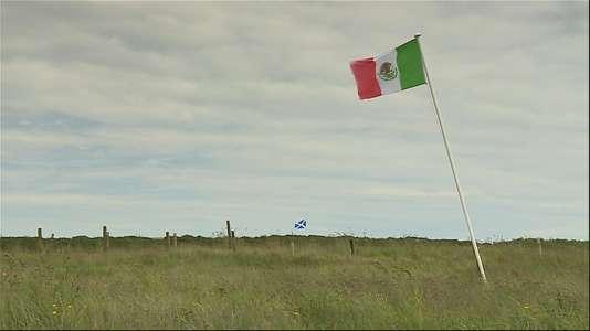 David Milne, une voisine de Donald Trump en Ecosse, a hissé un drapeau mexicain afin de dénoncer l'attitude du milliardaire.
