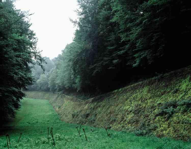 Gros ouvrage du Hackenberg à Veckring (Moselle). Le fossé antichar est la principale construction visible.