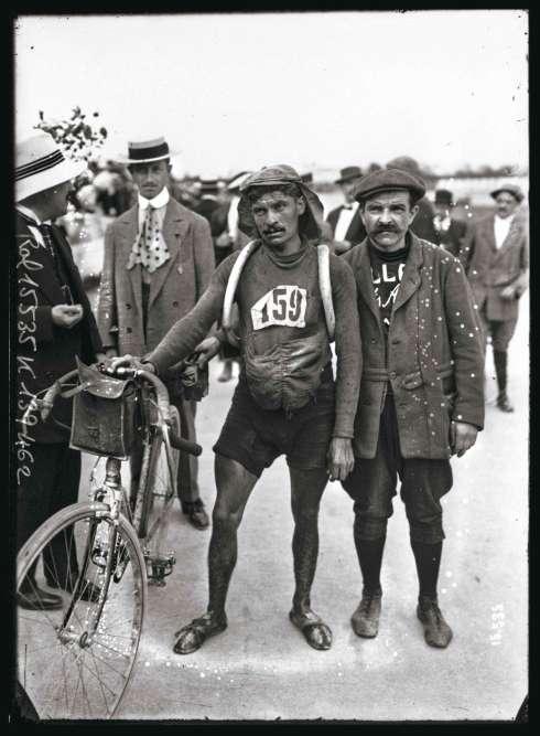 « A cent ans de distance, la tentation est grande de comparer les fatigues. Celles endurées par les coureurs du Tour de France actuel semblent plus douces que celle de Jules Deloffre à l'arrivée de la Grande Boucle 1911.»