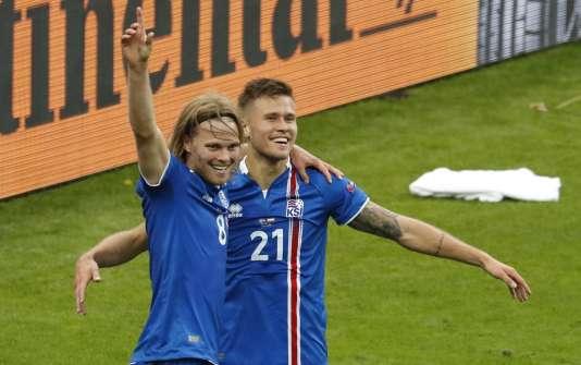 Arnor Ingvi Traustason (à droite) célèbre son but avecBirkir Bjarnason lors de la victoire (2-1) de l'Islande contre l'Autriche, le 22 juin, au Stade de France.