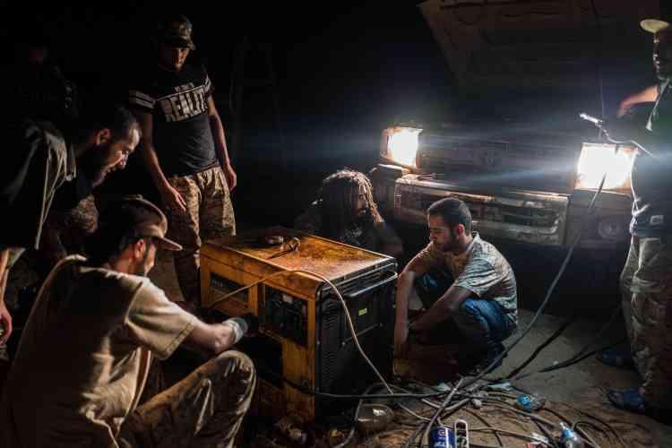 Le 21 juin. Des soldats réparent un générateur électrique.