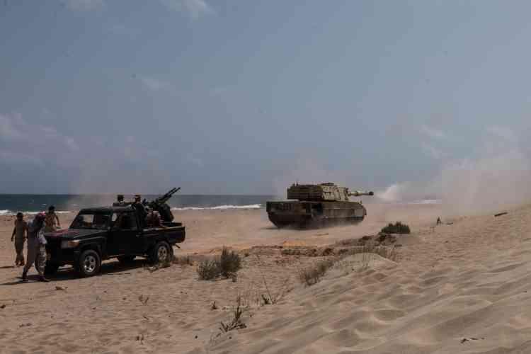 Sur la plage, les combats reprennent : un tank tire en direction des troupes de l'EI.