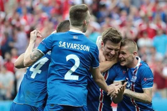Arnor Ingvi Traustason fête son but contre l'Autriche, le 22 juin à Saint-Denis.