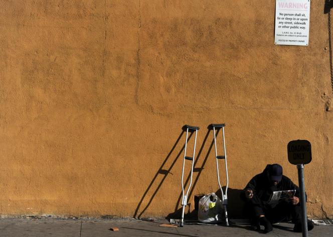 Un sans-domicile-fixe dans une rue de Los Angeles, en Californie.