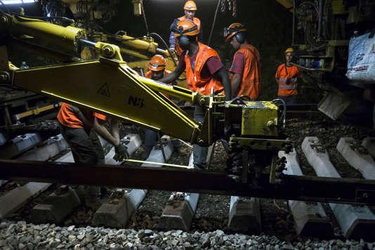 Travail de renovation de nuit sur la ligne A du RER en juillet 2012.