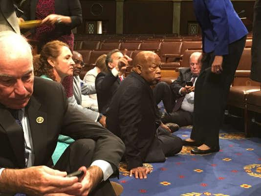 Des parlementaires démocrates américains assis sur la moquette de la Chambre des représentants mercredi, en signe de protestation contre le refus de la majorité républicaine d'organiser un vote sur le contrôle du port des armes à feu.