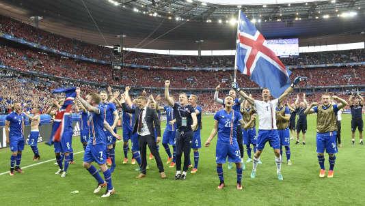 Les joueurs islandais à l'issue deleur victoire (2-1) contre l'Autriche, le 22 juin, au Stade de France.