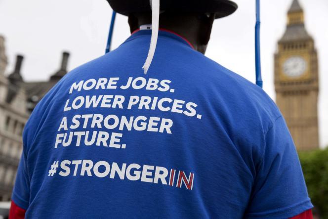 Un homme portant un tee-shirt en faveur du maintien dans l'UE qui apportera plus d'emplois, des prix plus bas et un futur meilleur, le 22 juin 2016 à Londres.