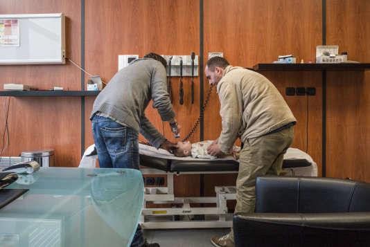 Dans un cabinet de consultation de SOS Médecins à Roubaix, en décembre 2014.