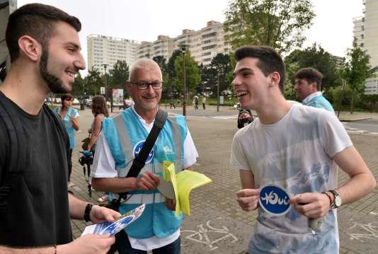 Des militants de l'association Des ailes pour l'Ouest, favorables au transfert de l'actuel aéroport Nantes-Atlantique vers Notre-Dame-des-Landes, le 22 juin.
