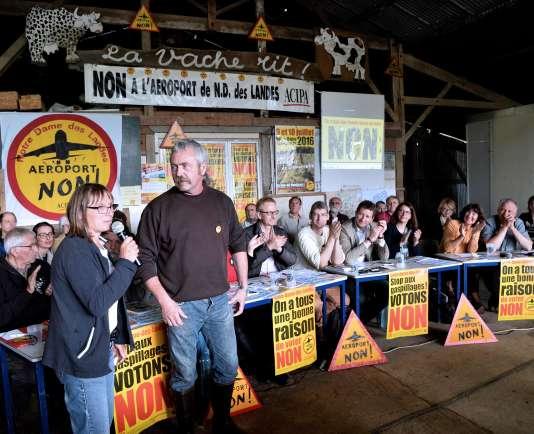 Brigitte et Sylvain Fresneau, agriculteurs militants contre le projet d'aéroport à Notre-Dame-des-Landes, le 22 juin, à La Vache Rit, haut-lieu de la ZAD.