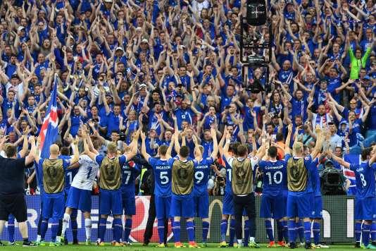 Les Islandais remercient leur supporteurs.