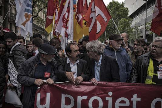 Le secrétaire général de la CGT, Philippe Martinez, et le secrétaire général de Force ouvrière, Jean-Claude Mailly, participent côte à côteà une manifestation contre le projet de loi travail, le 26 mai, à Paris.