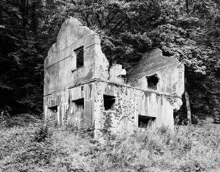 Composées d'un blockhaus antichar au rez-de-chaussée et d'un logement léger à l'étage, ces maisons fortes sont situées dans les Ardennes, en bordure de la frontière belge.