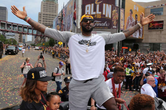 LeBron James célèbre la victoire de Cleveland, lors d'uneparade dans les rues de la ville, le 22 juin.