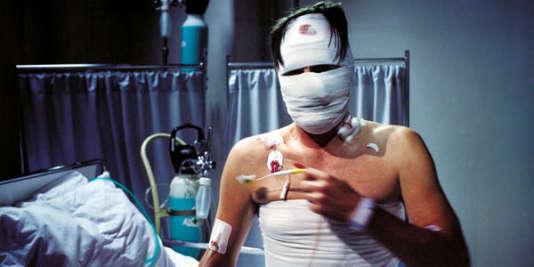L'homme sans passé, titre du film,se retrouve à l'hôpital, après avoir été frappé dans son sommeil par trois jeunes gens.