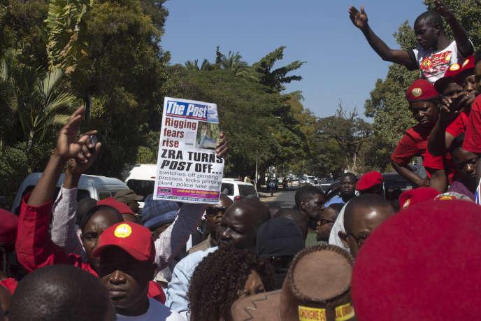 Des manifestants dénoncentla fermeture du Post, àLusaka (Zambie), le 22 juin, 2016.